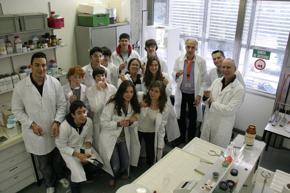 Toute la classe, avec les chercheurs et leur enseignant. Photo R. Reymermier
